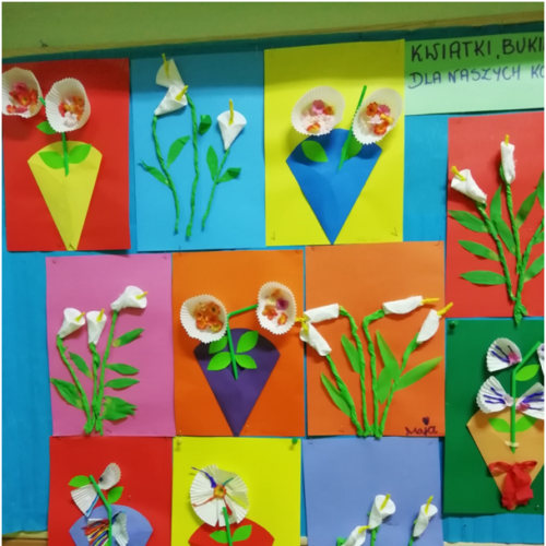 Kwiatki można stworzyć ze wszystkiego, tu wykorzystujemy foremki do babeczek i słomki.