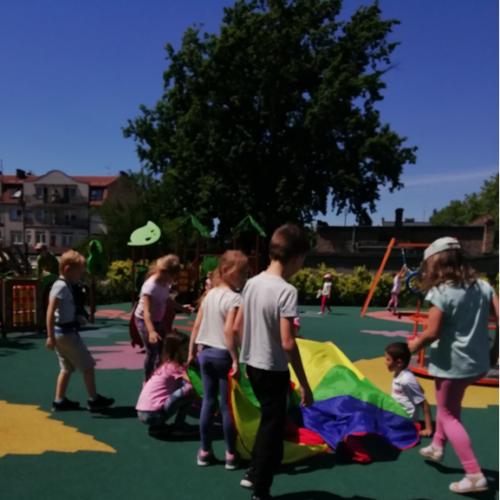Spędzamy również czas na szkolnym placu zabaw kiedy na niebie świeci słoneczko.